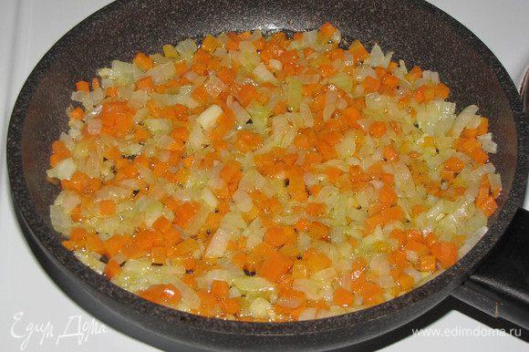 Разогреть в сковороде сливочное и растительное масло, обжарить морковь и лук на среднем огне в течении 10 минут.