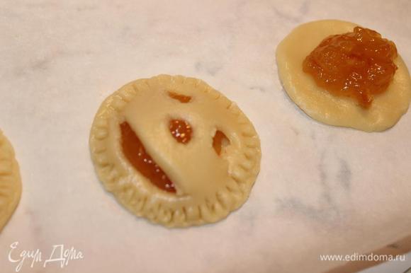 Собрать печенье: на один кружок положить 1 ч.л. джема, накрыть сверху вторым кружком и вилкой придать рельеф по окружности.