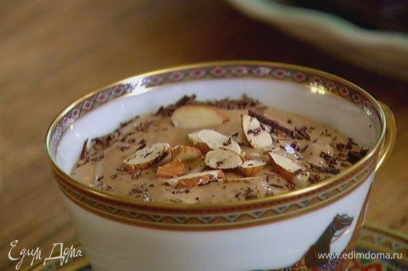 Кофейный десерт налить в чашку и украсить сверху измельченными орехами и шоколадом.
