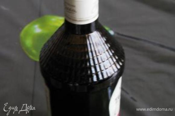 Разлить по бутылочкам и выдержать перед употреблением не меньше месяца. Если готовите из растворимого кофе, его можно просто растворить в кипятке.