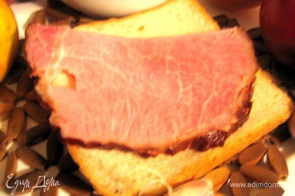 Подаём к мясу,дичи,птице,колбаскам,купатам...Но я взяла ломоть тостерного хлеба,кусок постной ветчины...