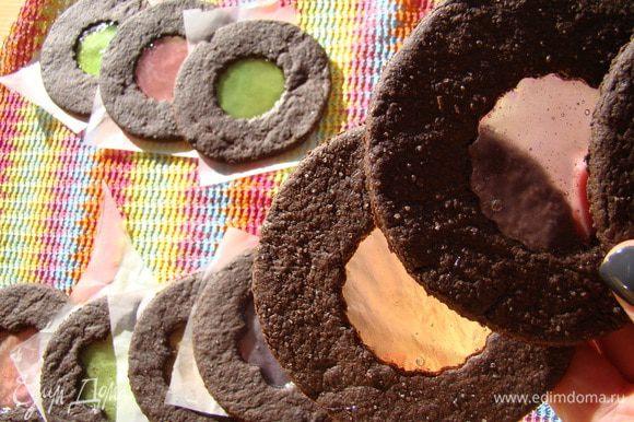 Охлаждаем печенье на противне, снимаем, храним между листами пергамента, чтобы карамель не слиплась