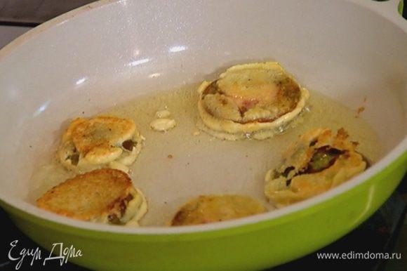 Разогреть в отдельной сковороде оставшееся оливковое масло и обжаривать помидоры в кляре по 1–2 минуты с каждой стороны до золотистой корочки.
