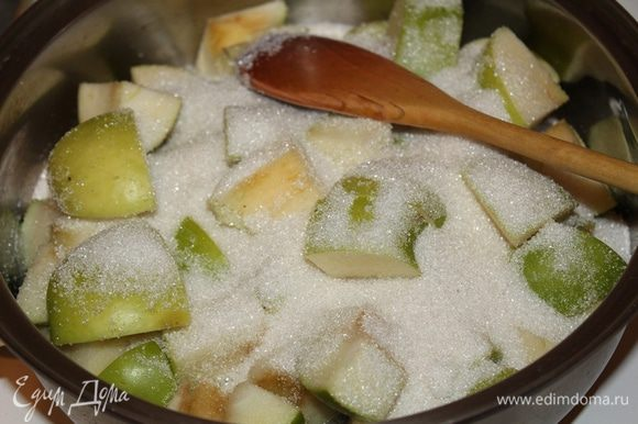 Яблоки нарезать на небольшие кусочки. Добавить совсем немного воды 3-4ст.л, затем сахар,чтоб сахар начал таять. Затем остальные кусочки с сахаром.