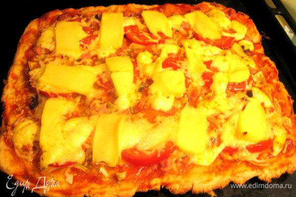 Следом за хлебом отправляем вот такую пиццу выпекаться (начинка: ветчина, помидоры, сыр, лук).
