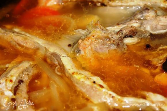 Как только вода закипит, убавить огонь до минимума, накрыть крышкой и варить минут 15-20 (до готовности картофеля, поскольку рыба была уже наполовину готова). Бульон становится прозрачным и золотистым.