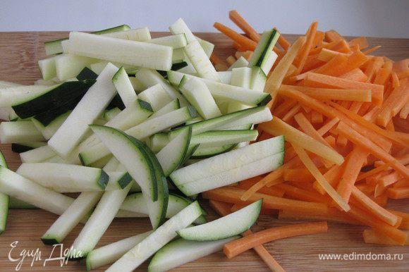 Морковь нарезать тонкой соломкой, цукини брусочками.
