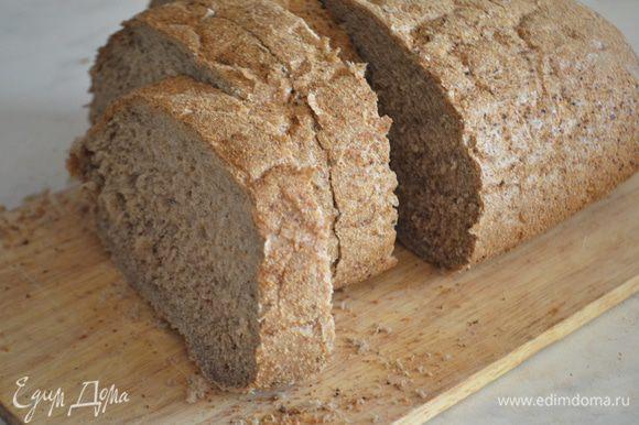 Хлеб нарезать на ломтики толщиной 1,5 см, обрезать корки.