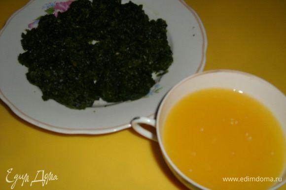 Отдельно смешать в блендере щавель, шпинат, апельсиновый сок и добавить 1-2 ст.л. оливкового масла.