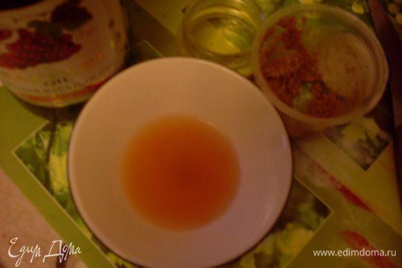 Слить сок фруктов. Отделить 3 столовые ложки сока и приготовить заправку, смешав сок, масло, соль, мед, горчицу и перец. Добавить зелень к фруктам, перемешать с заправкой.