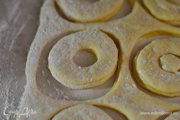 В середине пончика выдавить маленький кружочек, накрыть полотенцем