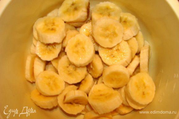 Бананы порезать кусочками.