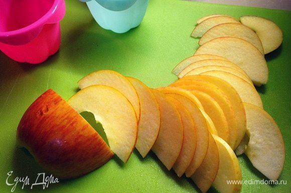 Теперь делим яблоки пополам удаляем сердцевину...и тонко тонко вместе с кажурой нарезаем наши лепесточки роз....