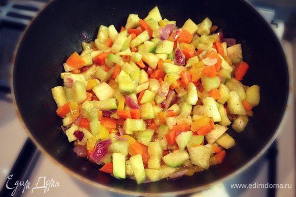 В глубокой сковороде на оливковом масле обжариваем мелко порубленные овощи....