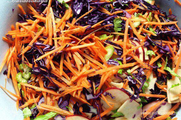 3. Смешать все овощи, посолить, поперчить, полить заправкой и тщательно перемешать. Накрыть миску пищевой пленкой и дать настояться минут 15.