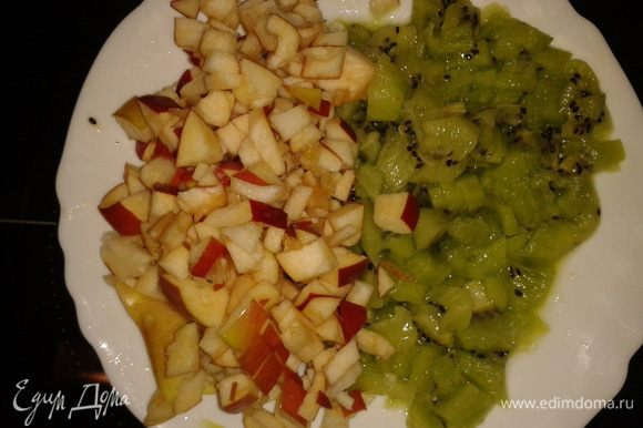 Нарезать яблоки и киви кубиками.