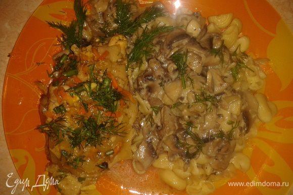 Можно приготовить на гарнир макароны. На тарелку выкладываете грибы с соусом, сверху курочку, зелень. В макароны также можно добавить грибочки.