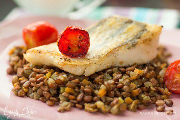 Рыбу подаем на подушке из чечевицы с легким сливочным соусом или сметаной.