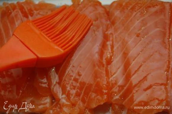 В тару уложить слой рыбы, смазать оливковым или растительным маслом, опять рыбу и т.д. Поместить рыбу на 1 день в холодильник.