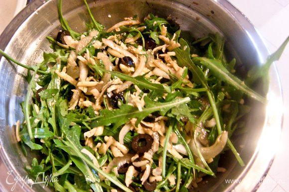 Сыр натереть на крупной терке. Маслины нарезать колечками. Добавить все к зелени. Добавить к салату оливковое масло, уксус, тщательно перемешать.