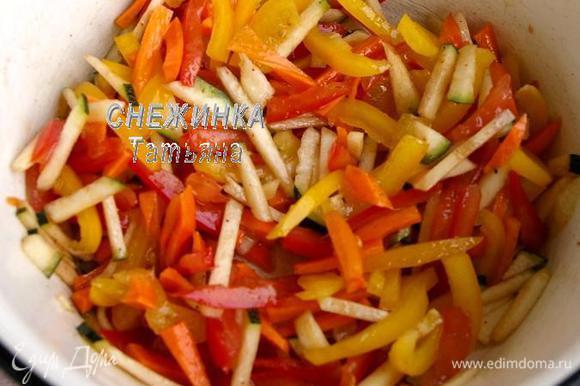 Соединяем их в миске. Для заправки смешиваем оливковое масло, соль, смесь перцев, сок лимона и бальзамический уксус. Заправляем овощи. Оставляем.
