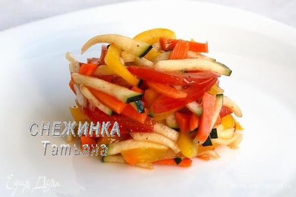 Когда куриный рулет будет готов, выкладываем овощи на тарелку при помощи сервировочного кольца.