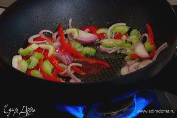 Сладкий перец, удалив семена и перепонки, нарезать тонкими полосками, добавить в сковороду к луку с сельдереем и перемешать.