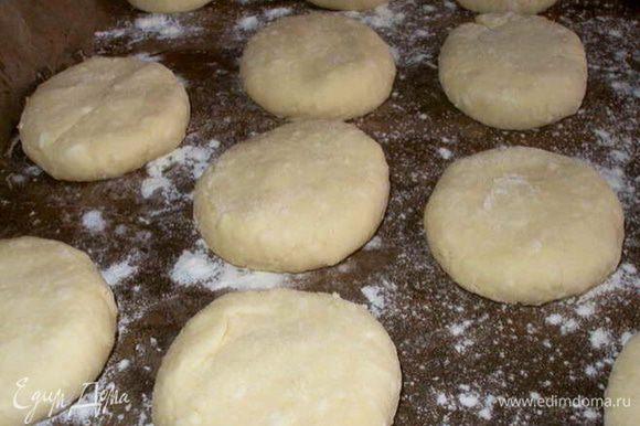 Сформировать сырники. И выложить на противень, застеленный пергаментной бумагой (предварительно смазать маслом и присыпать мукой).