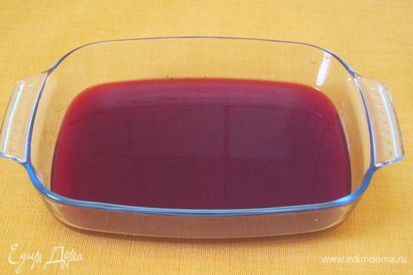В 1/2 стакана холодного свекольного отвара замочить желатин, оставить на 40 минут, затем нагреть до растворения. Влить в оставшийся отвар. Добавить сок лимона, соль, перец. Залить в прямоугольную форму, поставить в холодильник до застывания.