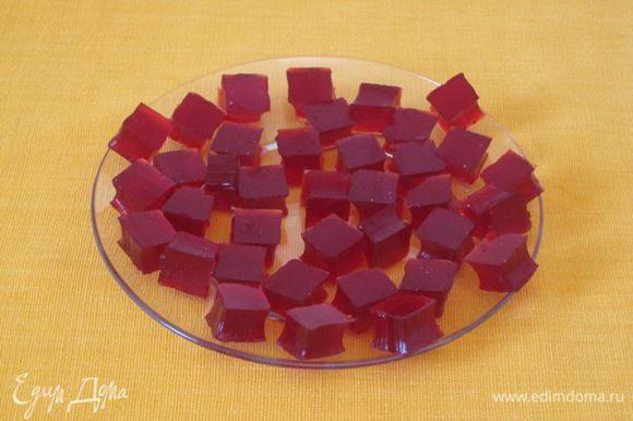 Готовое желе нарезать кубиками. Я сделала кубики формочкой для канапе. Желе можно вырезать любыми формочками: круглыми, фигурными.