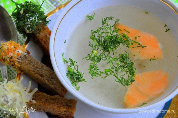 Разложить по тарелкам кусочки лосося, разлить кипящее консоме, посыпать зеленью и подавать с крутонами.