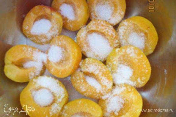 Выложить абрикосы в маленькую кастрюлю и засыпать сахаром.