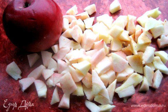 Яблоко без кожи и серединки нарезать на кусочки. Можно полить лимонным соком.