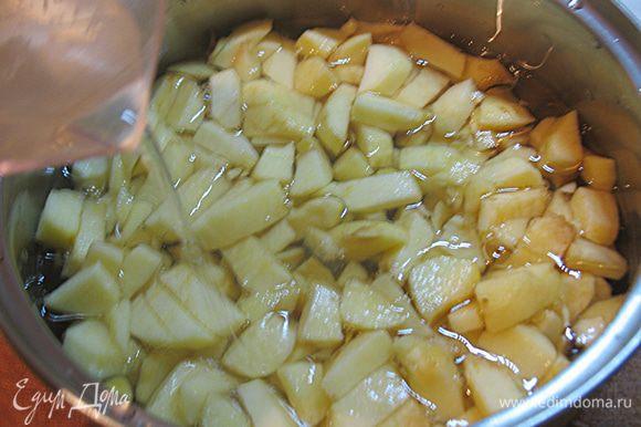 Сложить в кастрюлю и добавить воды, варить 15-20 минут до мягкости.