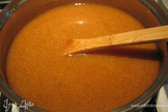 Яблочно-карамельное пюре ставим на огонь, доводим до кипения и вводим манку. Варим до загустения, помешивая.