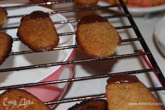 Растопите шоколад и обмакните в него кончик каждого печенья.