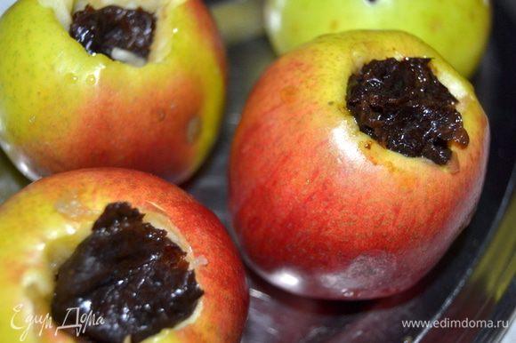 Из яблок удалить сердцевинку, не дорезая до дна. В лунку положить чернослив, сколько штук, зависит от размера яблока.