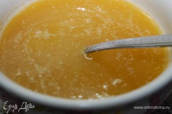 Соединить сливочное масло, сахар и соль – при постоянном помешивании прогреть на тихом огне до полного растворения сахара. Дать немного остыть. Добавить мед, тщательно размешать.