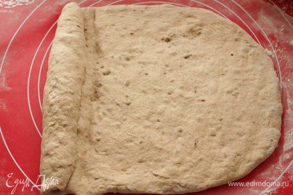 Тесто выложите на подпыленную мукой поверхность,расплющите его.Срутите тесто в плотный рулет,запечатывая на каждом витке ребром ладони.