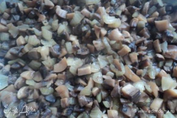 Отправляем лук к грибам, солим и перчим, перемешиваем, закрываем крышкой. Тушим до готовности, минут 25-30.