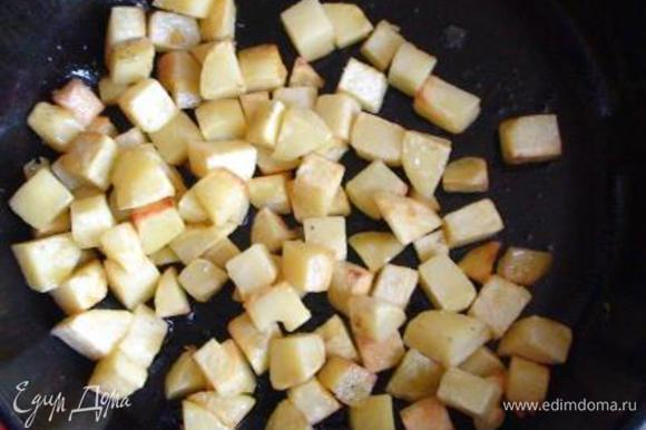 Картофель очистить, нарезать средними кубиками и обжарить до полуготовности.