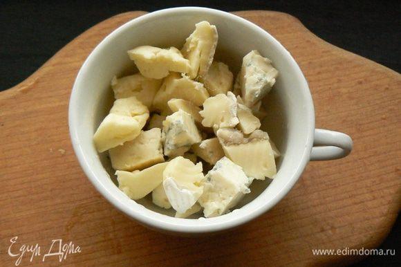 Кусочки сыра размять вилкой до однообразной массы.
