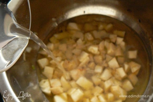 Затем залейте овощи горячим куриным бульоном, посолите. Когда бульон закипит нужно уменьшить огонь и варить минут 15. Нарезать груши небольшими кусочками, добавить в бульон и варить еще 10 минут.