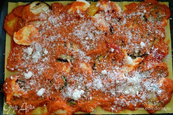 Покрываем все слоем томатного соуса и присыпаем еще немного тертым сыром.