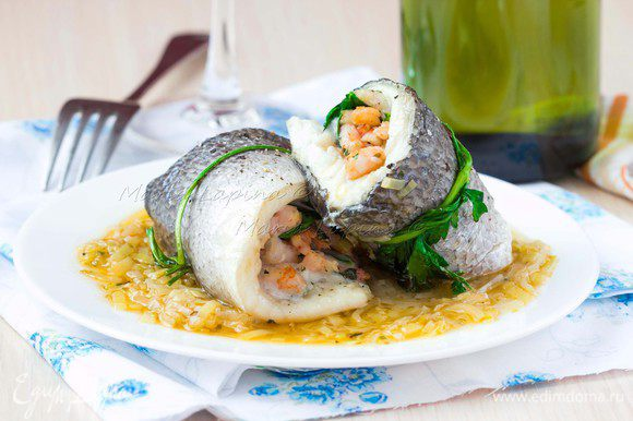 Готовый соус выкладываем на тарелку, сверху кладем два рыбных рулетика. На гарнир можно подать свежеотваренный картофель или белый рис.