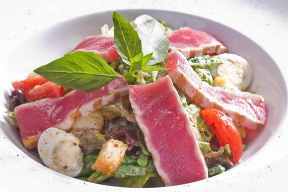 Готовим заправку к салату: Просто смешиваем все ингредиенты: Горчица, оливковое масло (E.V.), мёд, винный или бальзамический (белый) уксус, тёртый чеснок и рубленый базилик.Наша заправка должна настояться минут 20, поэтому мы приготовим ее в первую очередь.