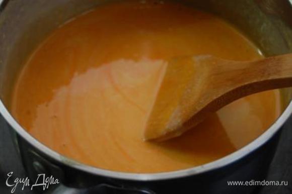 Снять с плиты и добавить сок облепихи. Тщательно перемешать