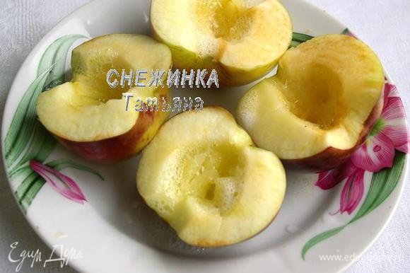 Для начинки яблоки разрезаем пополам, вырезаем семенное гнездо. Ставим запекаться до мягкости. Можно в духовке или в микроволновке.