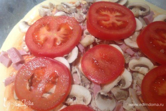 Тонко нарезать помидоры и грибы. Выложить сверху.