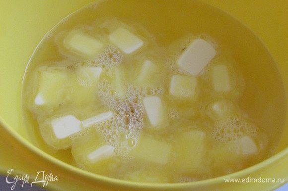 Пока варится бульон, приготовим галушки. Масло, заранее вынутое из холодильника, порезать на кусочки. Добавить 0,5 стакана крутого кипятка и соль. Перемешать.